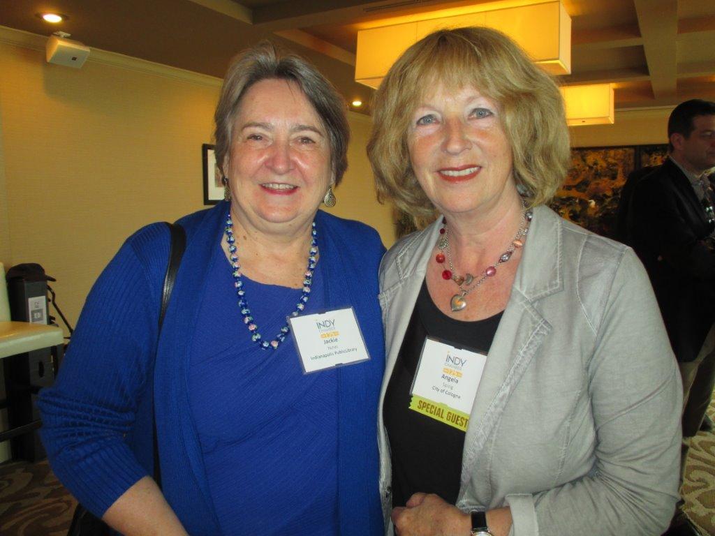 Jackie Nytes und Angela Spizig in der Central Library