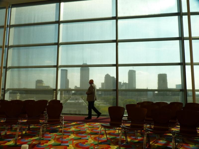 Karl vor der Skyline von Indy